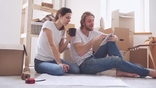Kaukasische Paar Sitzt Am Boden Und Möbel In Ihrer Neuen Wohnung In