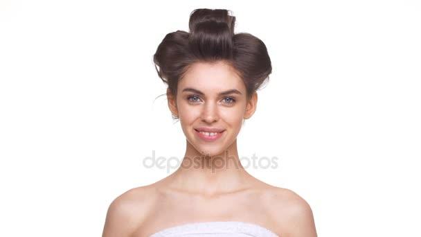 Topless dívka večerní účes s úsměvem nad bílým pozadím v slowmotion. Pojetí krásy a modelu