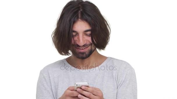 Šťastný chlap SMS se svou přítelkyní pomocí smartphone izolované na bílém pozadí. Pojetí emocí