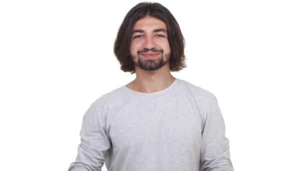 Kavkazská chlap s dlouhými vlasy ukazovat dobře izolované na bílém pozadí. Pojetí emocí