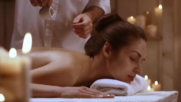 Dívka se těší masáž v lázeňském středisku. Pojem relaxace a zdraví