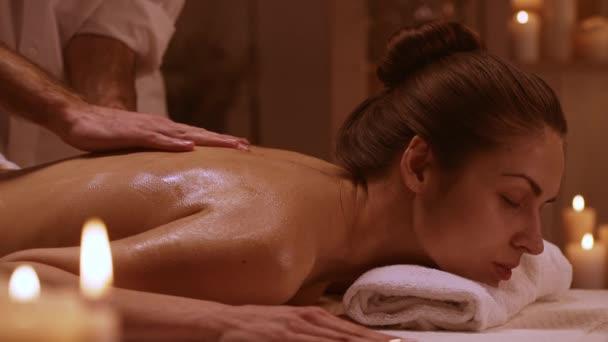 Mädchen genießen Massage im Spa-Resort in Slowmotion. Konzept der Entspannung und Gesundheit
