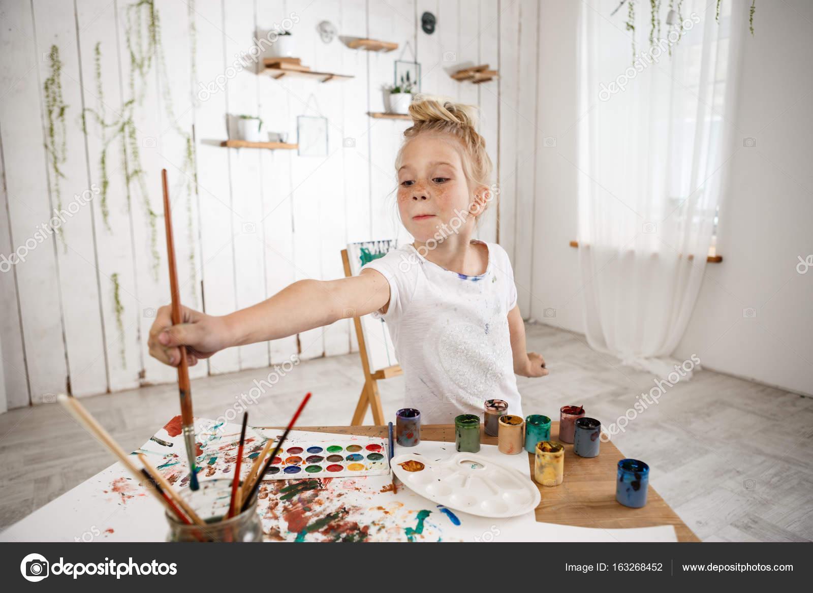 Caucasien adorable petite fille créative et talanted tenant un