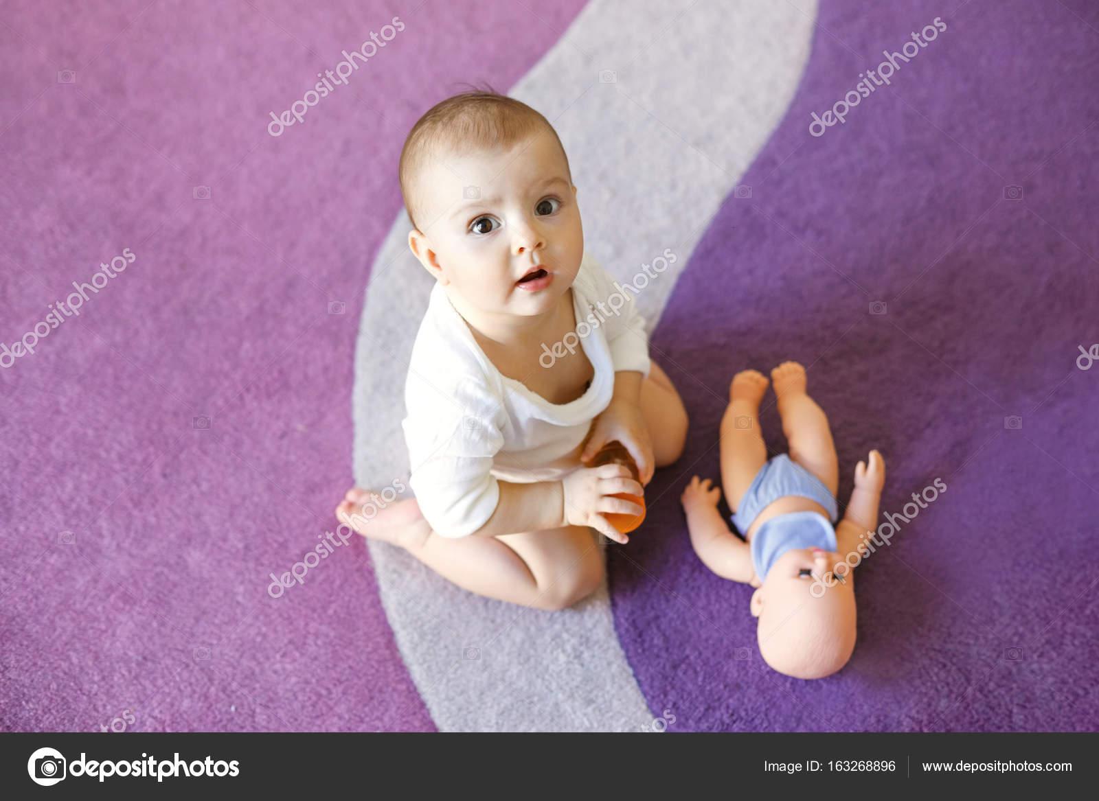 Lindo agradable beb ni a sentada en la alfombra p rpura - Alfombra nina ...