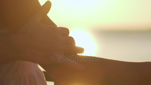 dech beroucí pohled slunce a romantická chvíle člověka v lásce stojící za mladá žena v bílém oblečení dotýkání a hlazení ji od ramene k rameni zpomalené detailní