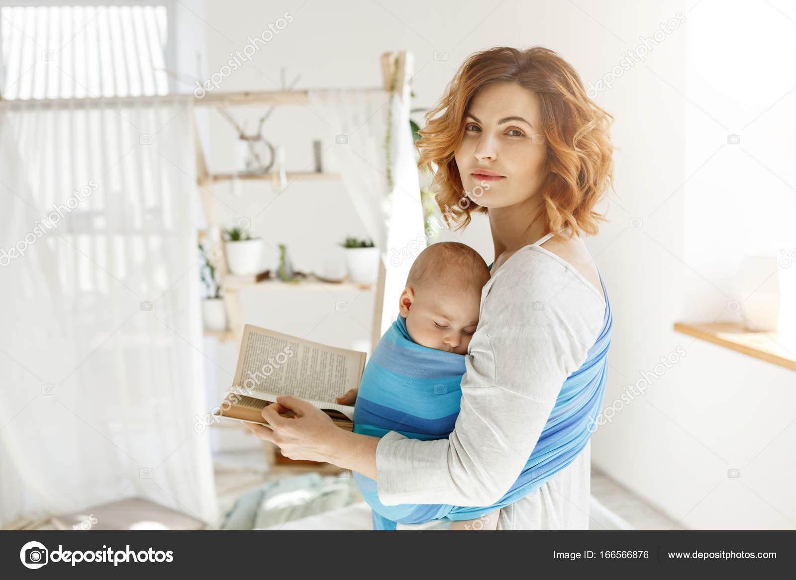 Porträt Einer Schönen Jungen Mutter Mit Sohn Auf Der Brust Und Buch