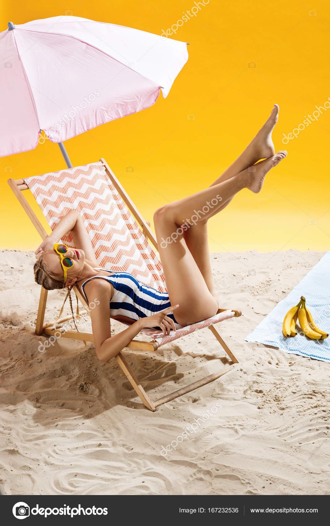 Sole Sotto L Ombrellone.Donna Prendere Il Sole Sotto L Ombrellone In Spiaggia E