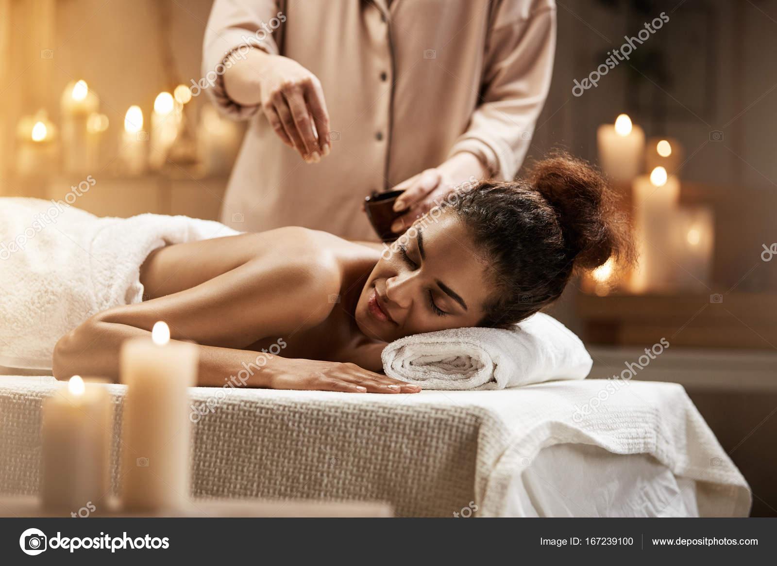 Массаж с маслом девушка девушкой эротический массаж научное видео