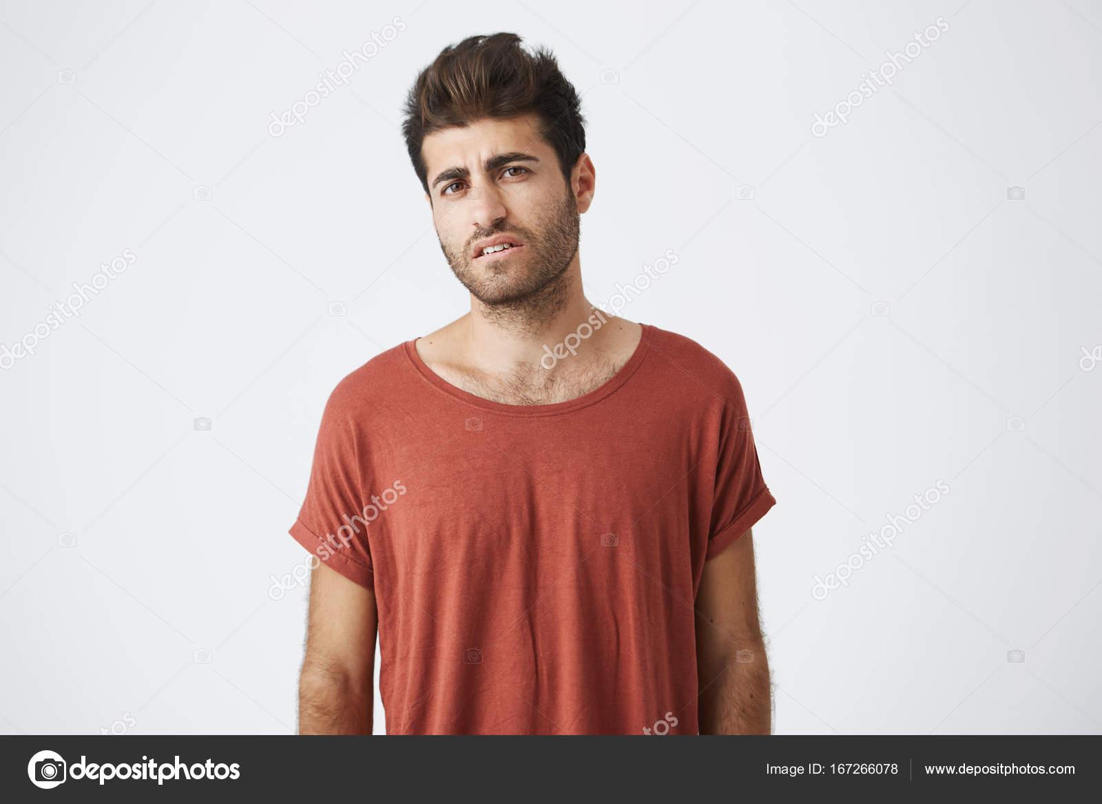 Junge Sonne gebräunt Studentin im roten t-Shirt verärgert mit neuen ...