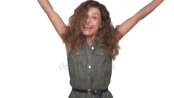Slomo energický kudrnatá dívka náhle objevuje na kameře tanec šťastně usmívá izolovaná na bílém pozadí. Pojetí emocí
