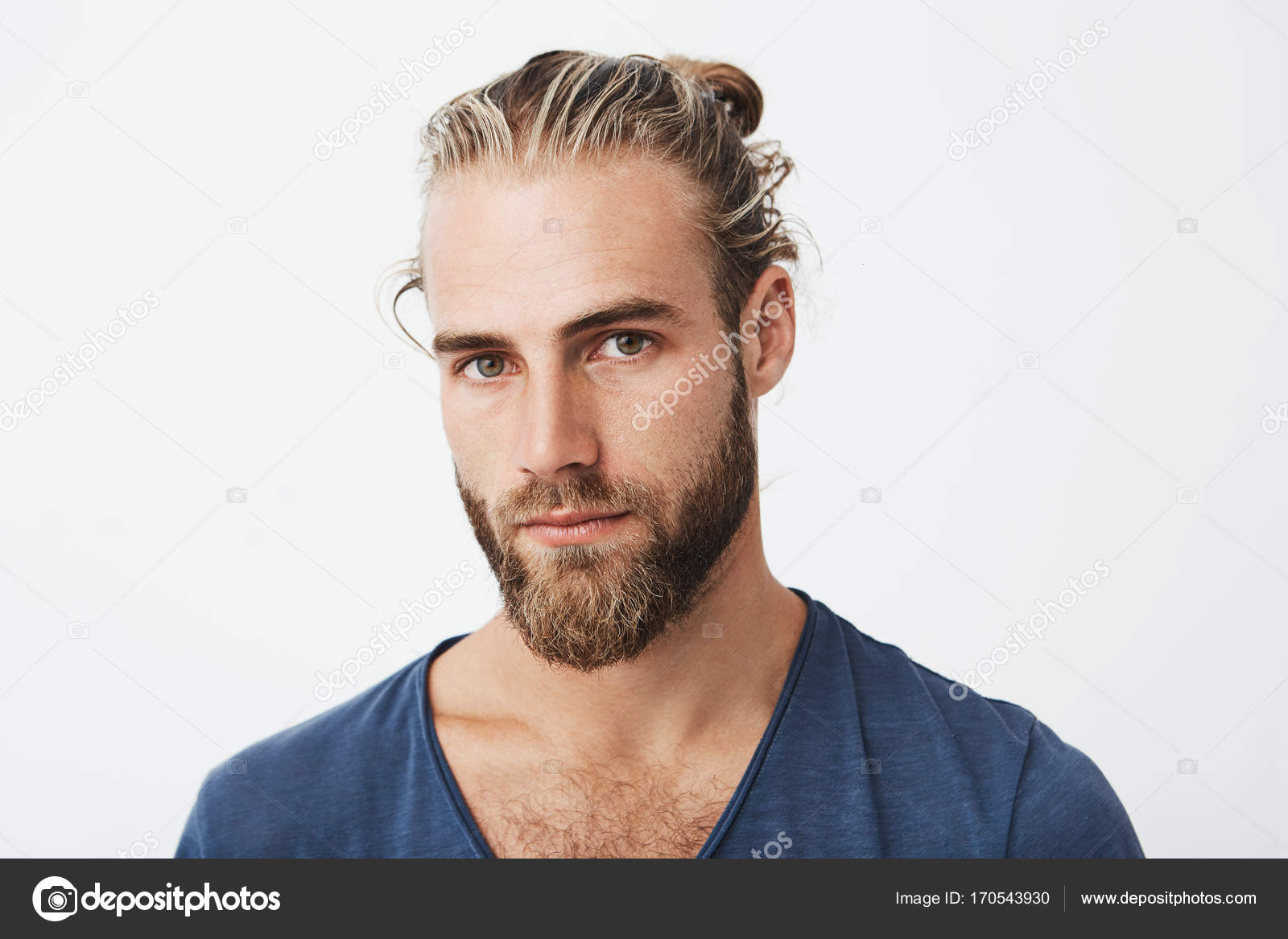 Gros Plan Du Beau Jeune Homme Avec Une Coiffure Elegante Et La Barbe
