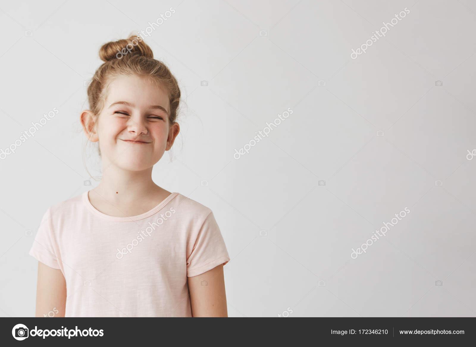 Glückliches Kleines Mädchen Mit Blonden Langen Haaren In Bun Frisur