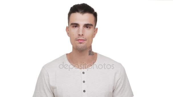 Portret Kaukaski Przystojny Facet Z Krótkie Ciemne Włosy I Tatuaż Na