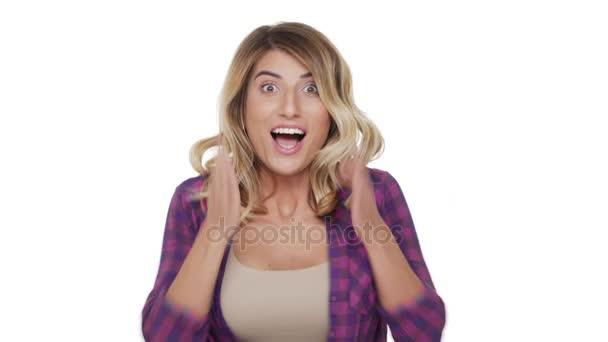 portrét užaslého ženy nosí kostkovanou košili je nadšený pocit obdivu radost zaťaté pěsti štěstí nad pozadím. Pojetí emocí