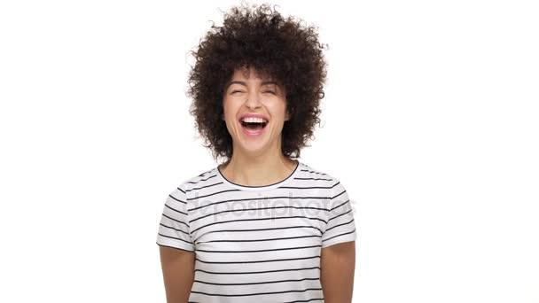 Portrét úžasné krásné Smíšené rasy ženské nosí svlékl tričko překypující smích, štěstí a radost být izolované na bílém pozadí ve studiu. Pojetí emocí
