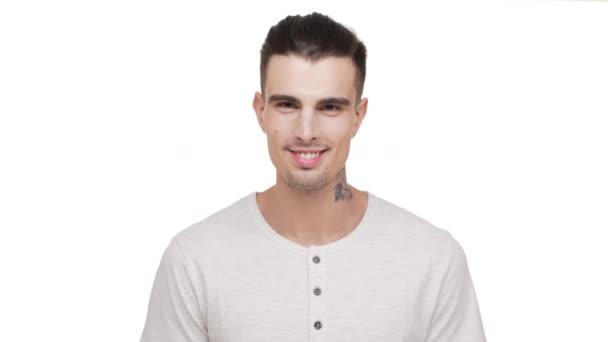 fejlövés vonzó stílusos ember tetovált sörtéjű keresi a kamera mosolyogva fogakkal, kifejező öröm nevetve stúdió Vértes fehér háttér. Az érzelmek fogalma