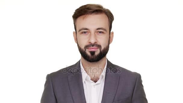 Portrét kavkazské chlap s krátkými vlasy a kníry představují při pohledu na fotoaparát, je to klidné a pokojné nad bílým pozadím v detailním studio. Pojetí emocí