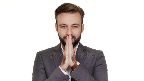 Portrét spokojený muž úřednice udržet dlaně navzájem věřit ve štěstí nebo se rád slyším o povýšení v práci nad bílým pozadím. Pojetí emocí