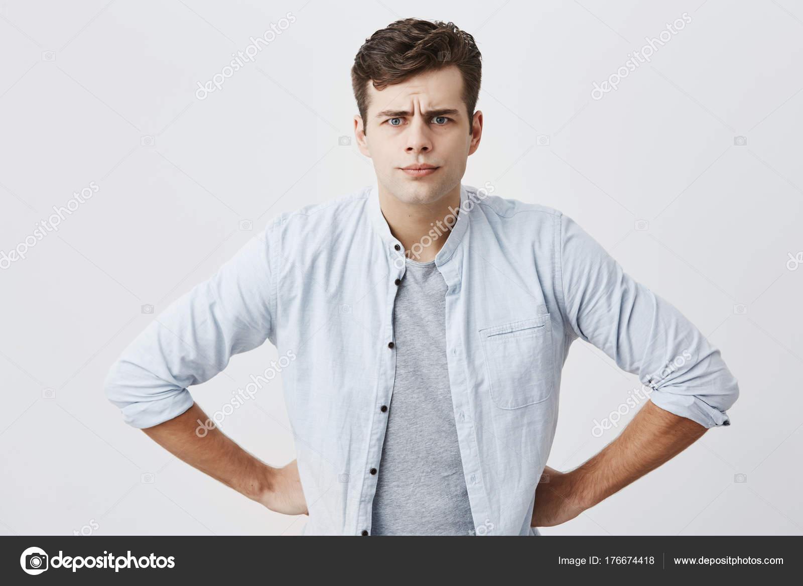 Serieux Homme Insatisfait Avec Coiffure Elegante Met Ses Mains Sur
