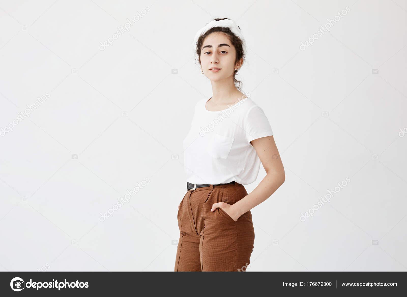 4e49b96c53 Atractivo modelo de mujer joven con pelo oscuro y ondulado en moño ...