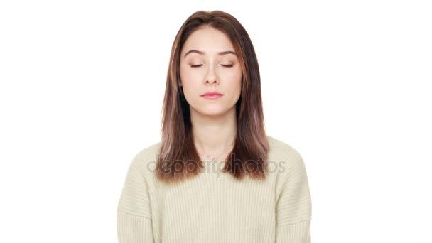 Portrét klidné mladé ženy dlouhé hnědé vlasy při pohledu kamery je to sebevědomá a izolované nad detailním bílým pozadím. Pojetí emocí