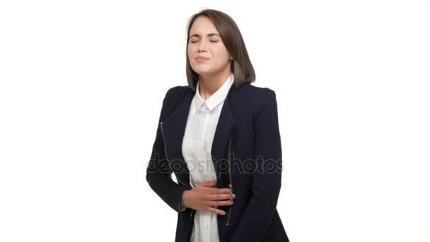 poloviční profil portrét mladé dospělé ženy dotýká žaludku ohýbání kvůli bolesti trpí křeče mají menstruaci nad bílým pozadím ve studiu. Pojetí emocí