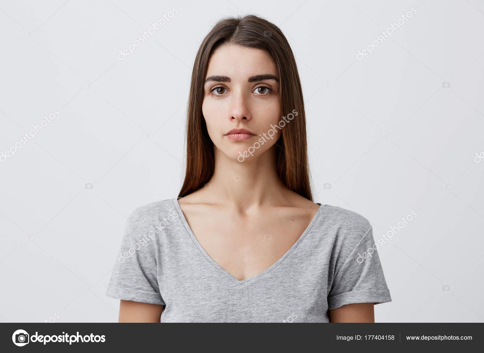 d77517e76288 Nahaufnahme des schönen charmanten kaukasische Mädchen mit langen braunen  Haaren in der grauen T-shirt