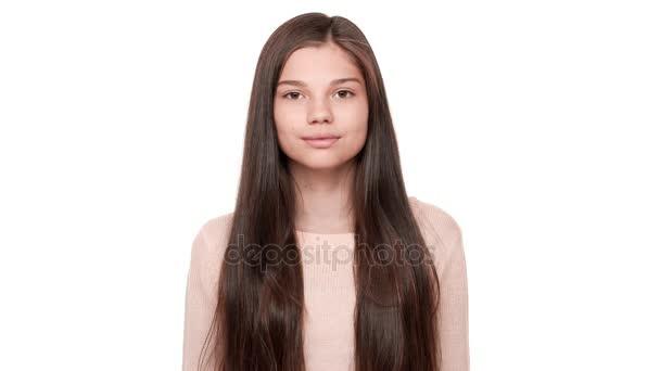 Horizontální portrét okouzlující šťastné ženské model s velmi dlouhými tmavými vlasy při pohledu kamery s úsměvem, že izolované na bílém pozadí. Pojetí emocí