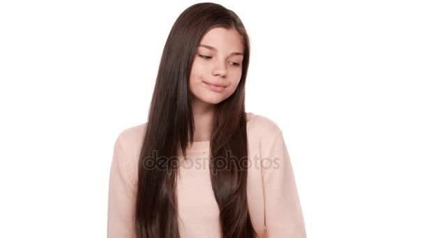 Zavřete portrét šarmantní dáma s nádhernými vlasy pózuje na kameře, usmíval se spokojeně je koketní, obdivování sebe nad bílým pozadím ve studiu. Pojetí emocí