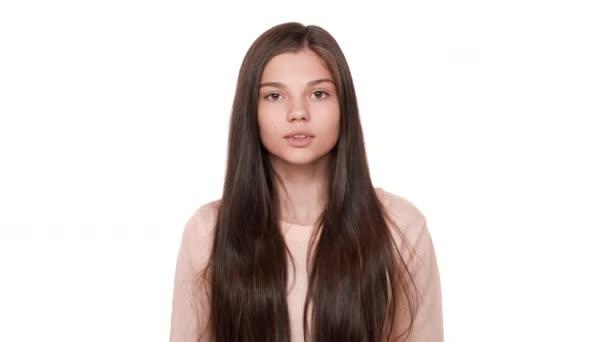 Detailní portrét mladých vystrašenou dívku 20s vyjadřující strach s otevřít ústa šokovalo slyšet špatné zprávy zvyšování ruce na tváře ve strachu nad bílým pozadím. Pojetí emocí