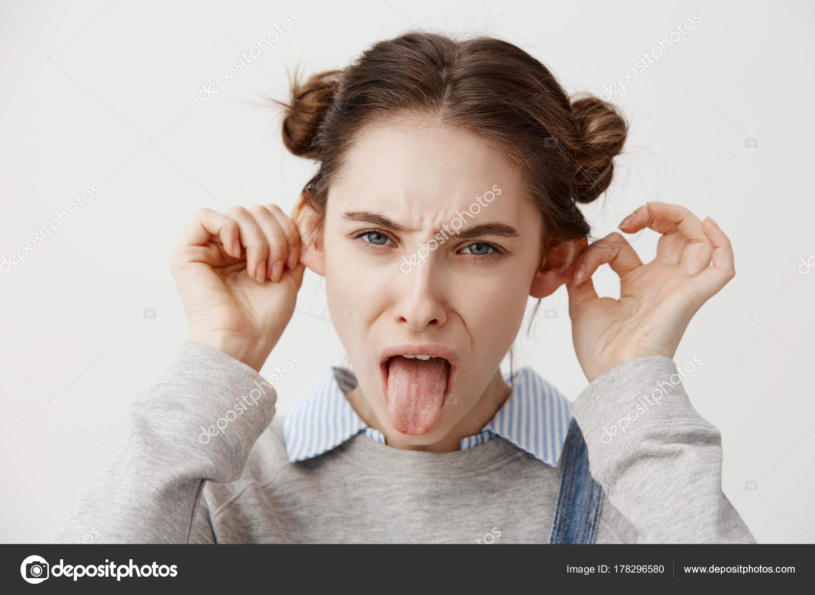 Lustig Aussehende Frau Trägt Lässige Grimassieren Mit Zunge Heraus