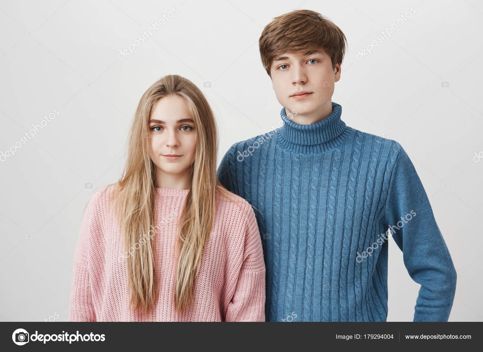 5b5c415a6 Retrato de família de jovens caucasiano em camisolas. Cabelos louro menino  e menina com olhos azuis ...
