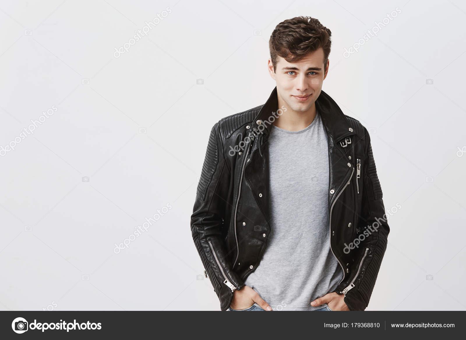 pretty nice 17b91 94c23 Modello maschio bello fiducioso bello vestito in giacca di ...