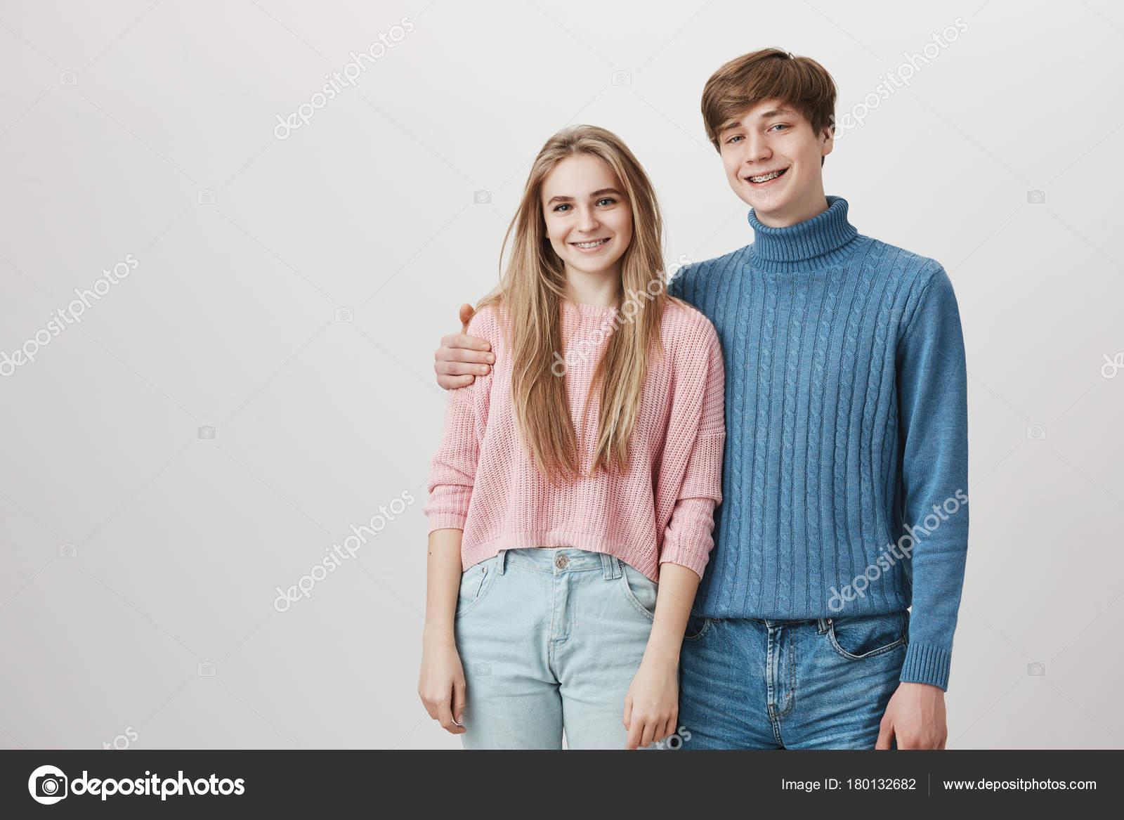 6f4161be4 Conceito de família e parentes. Cintura-se retrato de caucasiano irmão e  irmã posando contra fundo cinza. Jovem feminino e masculino com alegria a  sorrir ...