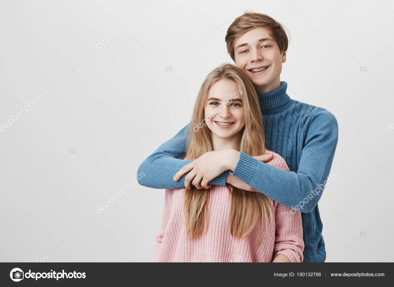 028a0be5c Homem caucasiano elegante feliz com cabelo loiro vestido de camisola azul