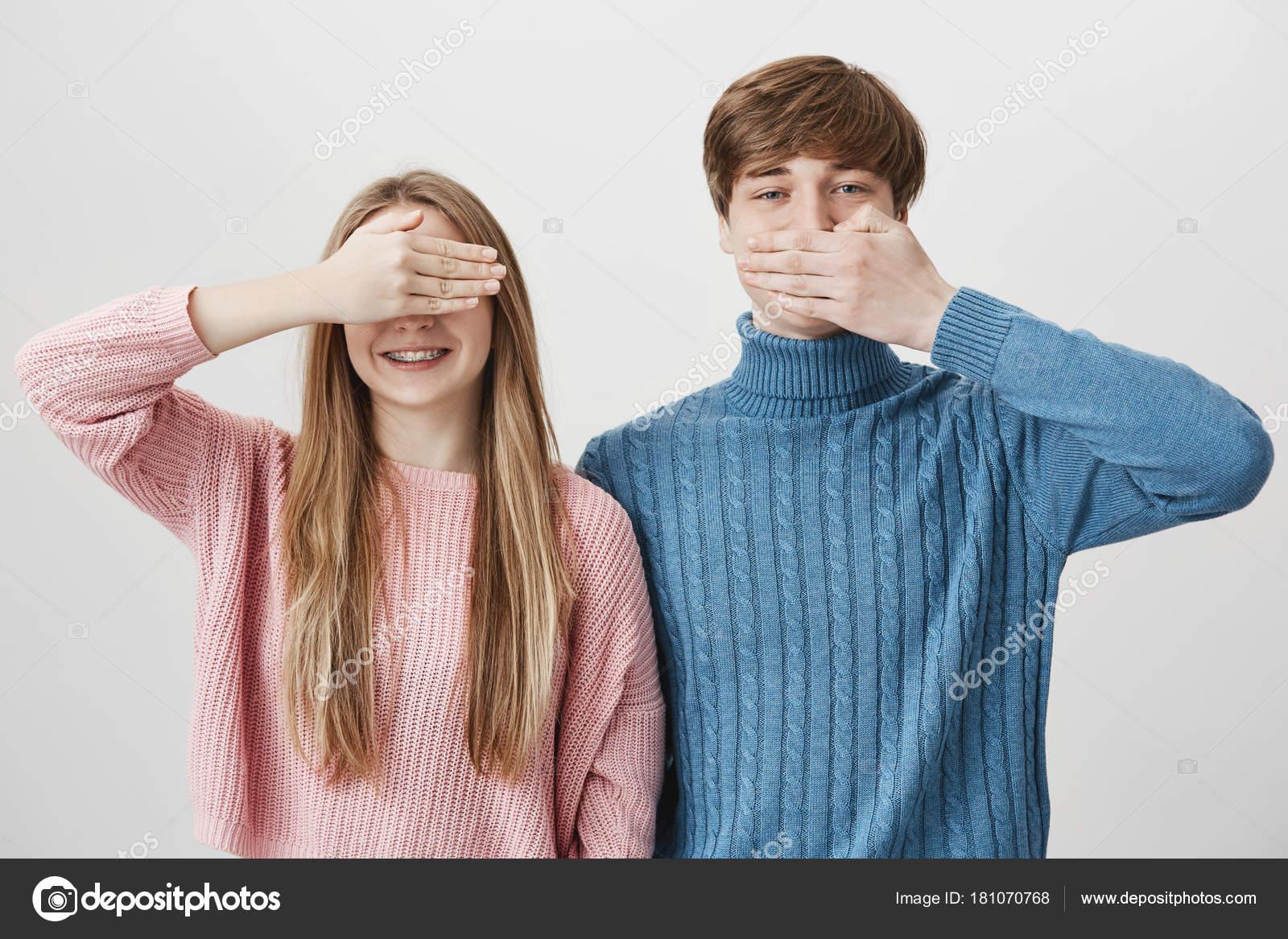 d272eeba2 Cabelos louros positivo caucasiano. Masculino na boca de couros camisola  azul atrás de palma