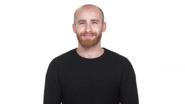 Portrét veselá mužný muž s vyholenou hlavou široce se usmívala na kameře, být izolované na bílém pozadí ve studiu. Pojetí emocí