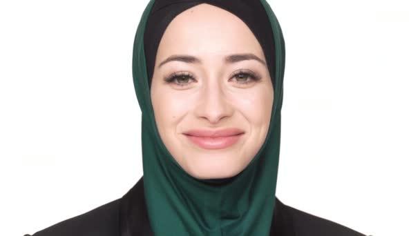 A hagyományos sál pózol a kamera bájos külsőt és széles mosollyal, mint fehér háttér gyönyörű Arab nő portréja. Az érzelmek fogalma