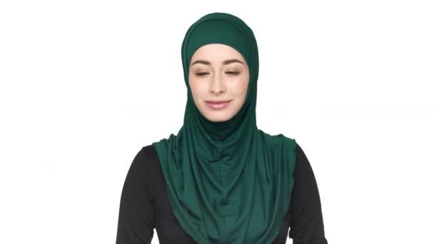 A hagyományos sál pózol a kamera megjelenés bájos és elbűvölő mosoly, fehér háttérhez képest gyönyörű Arab nő portréja. Az érzelmek fogalma