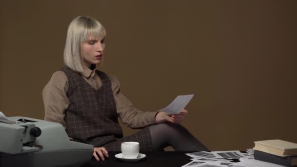 Portrét ženy, nervózní a koncentrované 20s pracuje jako detektiv nebo vyšetřovatel tajné pracovišti, izolované zeď hnědé