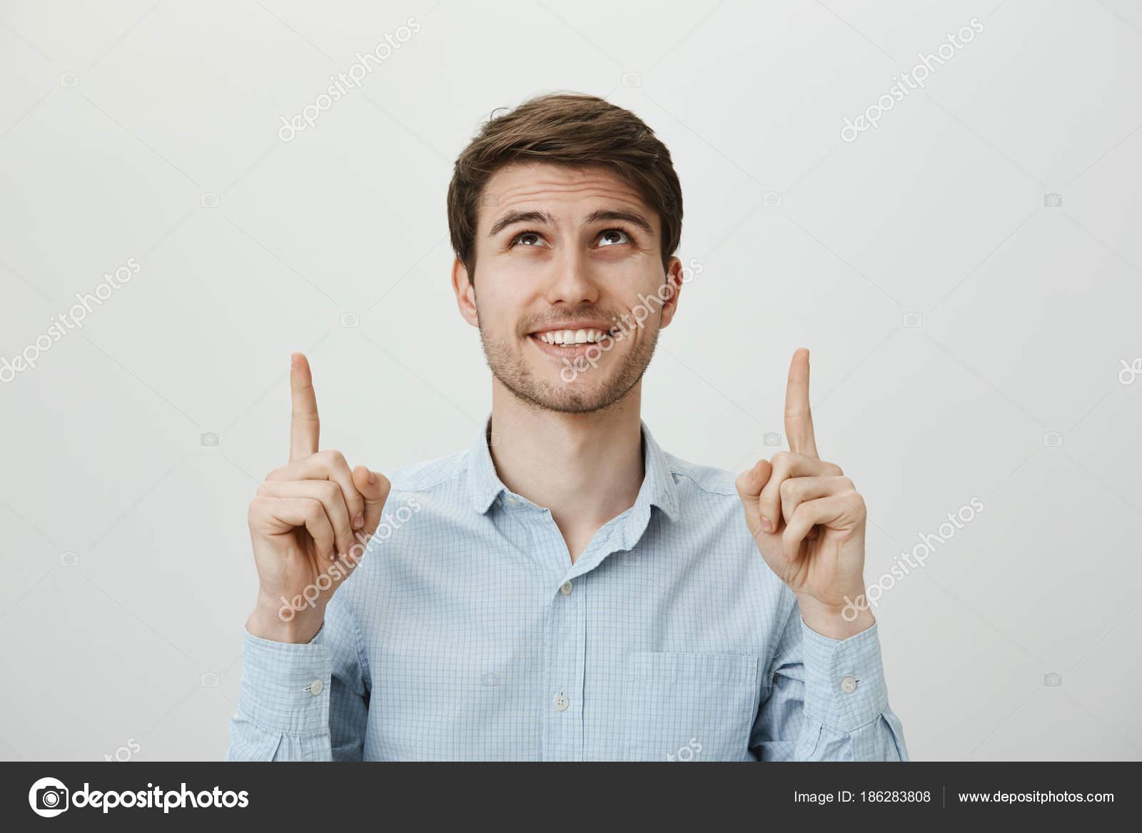 654fd20d35ee3e Kto jest szczęściarzem, oczywiście mnie. Szczęśliwy pozytywny przystojny  mężczyzna z brodą, wskazując i patrząc w górę, uśmiechając się szeroko, ...