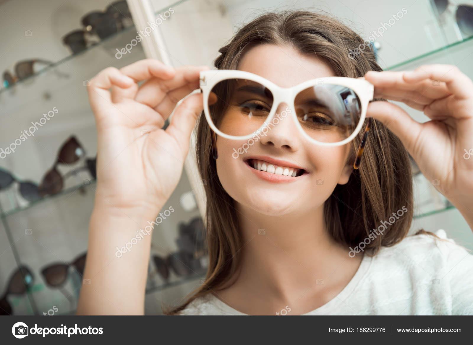 85e97ca2af Όμορφη μελαχρινή κοπέλα χαμογελώντας