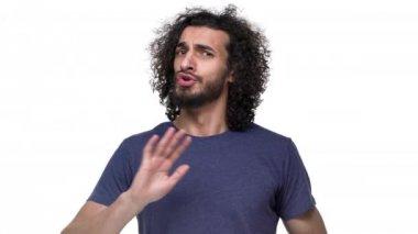 Portrét rozhodný vousatý muž v neformálním oblečení řekl, ne přesně a tvorby stop gesto v popírání, nad bílým pozadím. Pojetí emocí