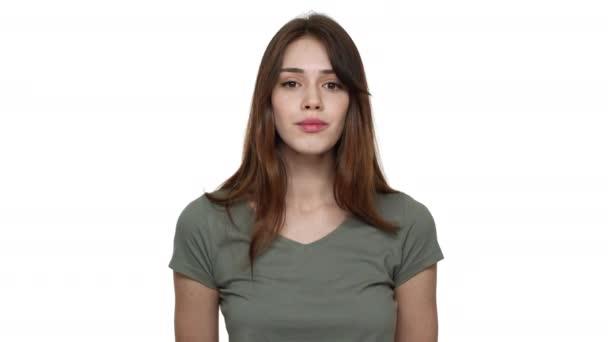 Portrét atraktivní ženy dlouhé hnědé vlasy, nosí tričko s úsměvem a vyjádřil potěšení, izolované na bílém pozadí v studio. Pojetí emocí