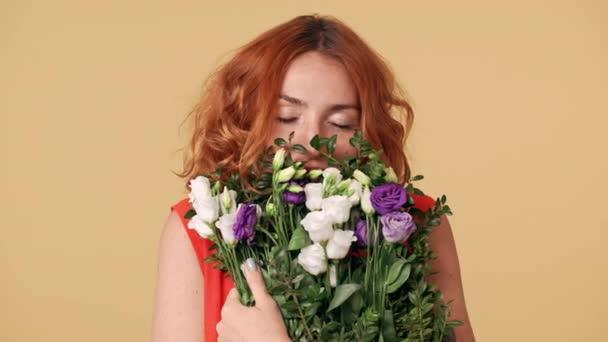 4382d20e0ee Portrét mladé ženy s nazrzlé vlasy drží kytici a vonící květy eustoma