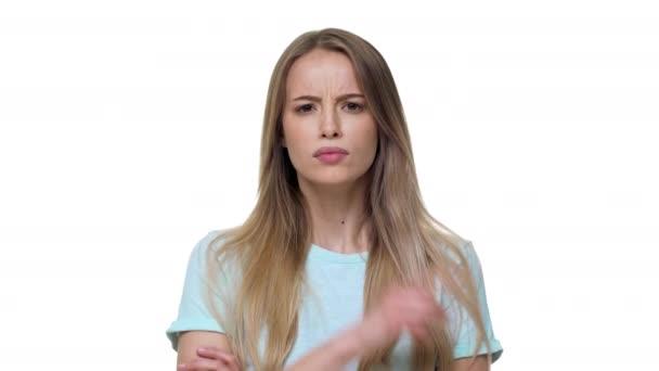 Portrét vážně blond ženy drží ukazováček na rty a striktně požaduje, aby mlčet, izolované na bílém pozadí. Pojetí emocí