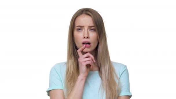 Alkalmi póló tükröző vagy kételkedve gazdaságot, ujját szája, elszigetelt, felett fehér háttér Vértes gondolkodó nő portréja. Az érzelmek fogalma