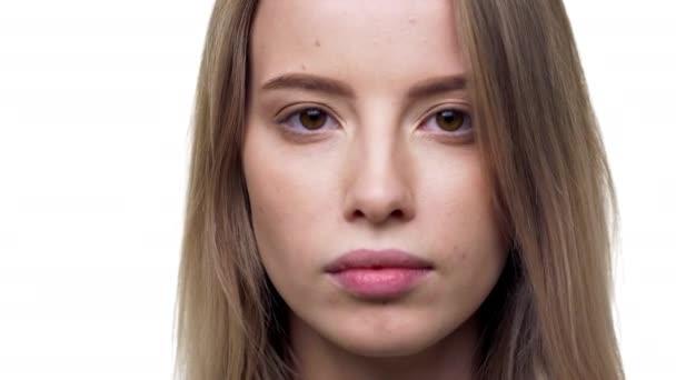 Detailní portrét atraktivní ženy 20s na sobě základní tričko s perfektním úsměvem, izolované nad bílým pozadím ve studiu. Pojetí emocí