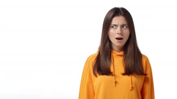 Zeitlupe attraktive kaukasische Frau rollt die Augen vor Aufregung und Staunen, keuchende Zeigefinger links Auschecken coole Promo, große Chance, Anzeige von Werbung, weißer Hintergrund