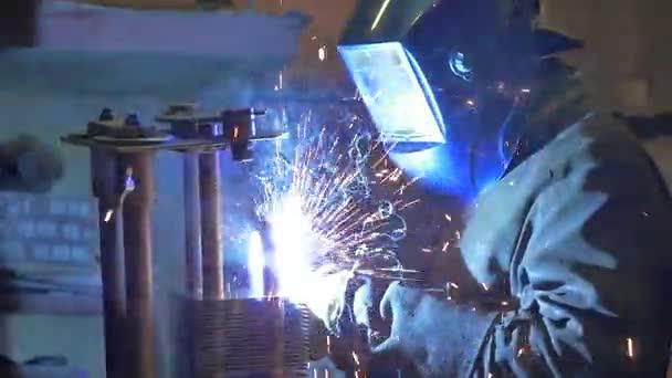 Dělník v továrně na svařování a broušení. Svařování na průmyslový závod. Zpomalený pohyb